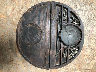 Birmanie, nécessaire à peser en bois sculpté...
