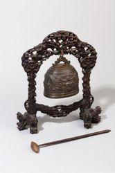Gong en bronze et socle en bois ajouré à...