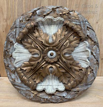Rosace en bois sculpté laqué blanc et doré...