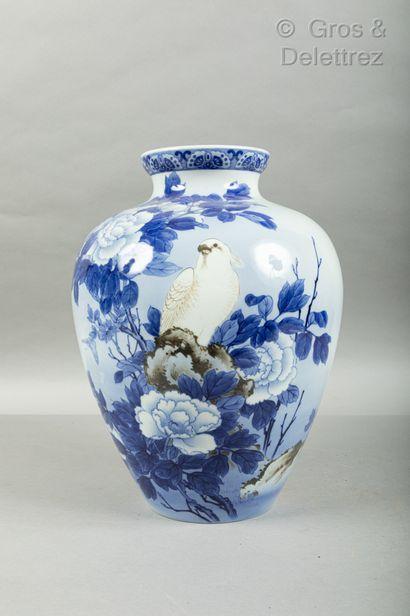 *Japon, fin XIXe siècle  Vase en porcelaine...