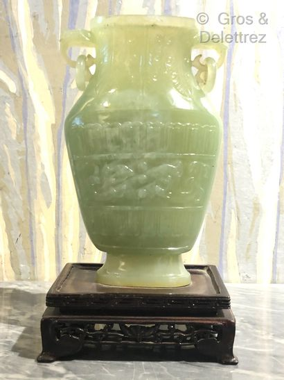 Chine. Vase en jadéite à panse aplatie à...