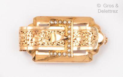 Broche en or rose à décor d'une ceinture...