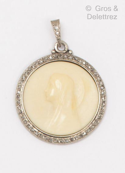 Médaille en platine, ornée d'une vierge gravée...