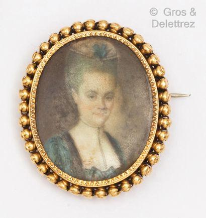 Broche en or jaune à décor perlé, ornée d'une...