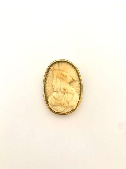 Broche en métal doré, ornée d'un camée sur...