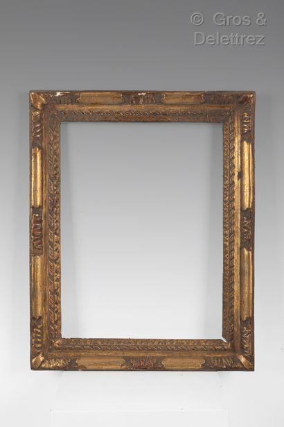 Cadre en bois sculpté et doré à décor de...