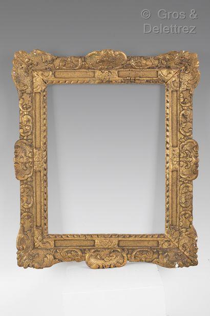 Cadre en bois sculpté et doré à décor Bérain...