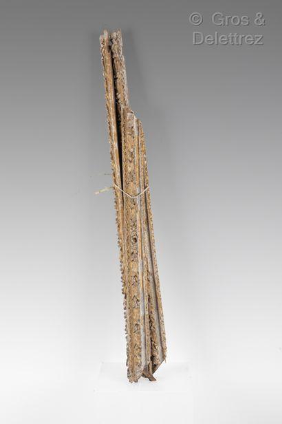 Cadre en bois sculpté et anciennement doré...