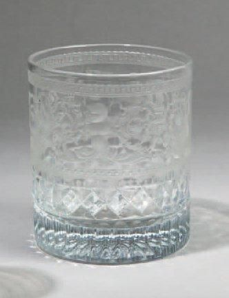 GOBELET en verre taillé et gravé d'arabesques...