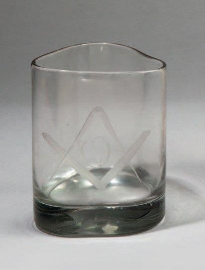 GOBELET triangulaire en verre gravé de symboles...
