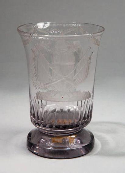 GRAND GOBELET sur piédouche en verre taillé...