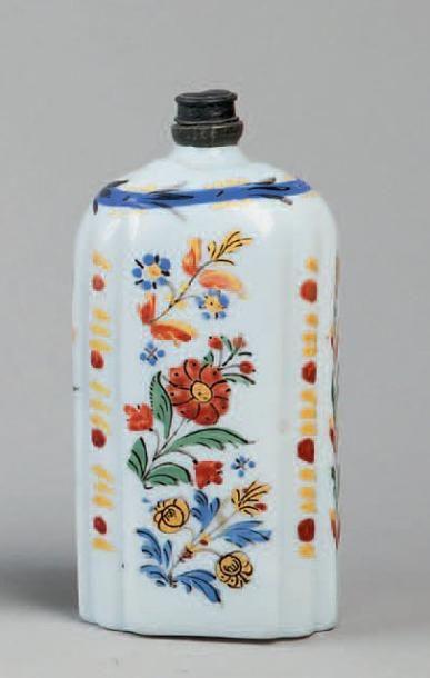 FLACON en opaline émaillée à décor floral....