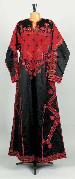 Un lot composé de quatre pièces - Robe moderne...