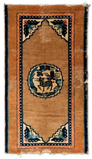 Un tapis Pao Tao, Chine Décor d'un médaillon...