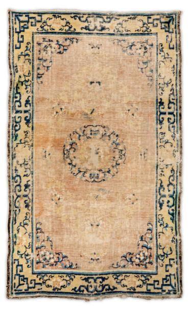Un tapis Chinois, Chien Long Décor d'un médaillon...