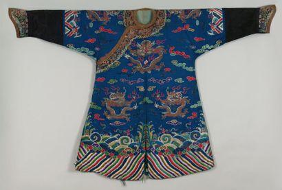Un manteau-robe de Cour, Chine Orné de trois...