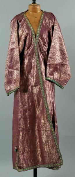Costume en soie brochée. Vêtement doublé...