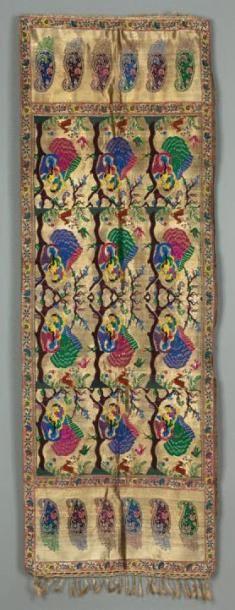 Un textile Indien OEuvré avec des fils d'or,...