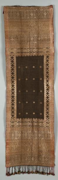 Un textile avec des fils d'or, Originaire...