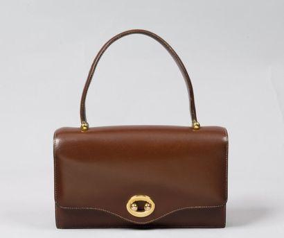HERMES Paris *Sac « Boutonnière « en cuir chocolat, attaches et fermoir sur rabat...