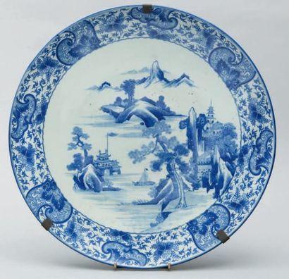 Plat en porcelaine à décor en bleu d'un paysage...