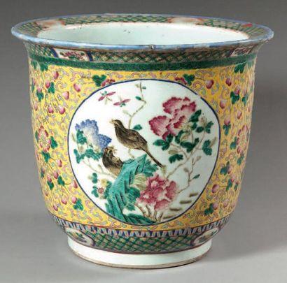 Jardinière en porcelaine à décor en émaux...