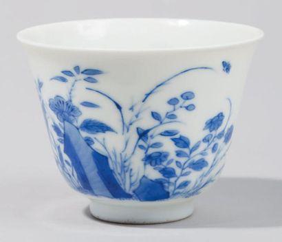 Petite tasse en porcelaine demi coquille...