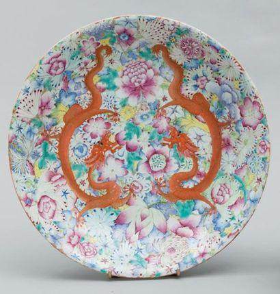 Plat en porcelaine émaillée à décor sur fond...
