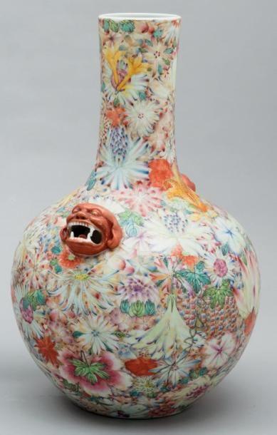 Important vase à panse globulaire en porcelaine...