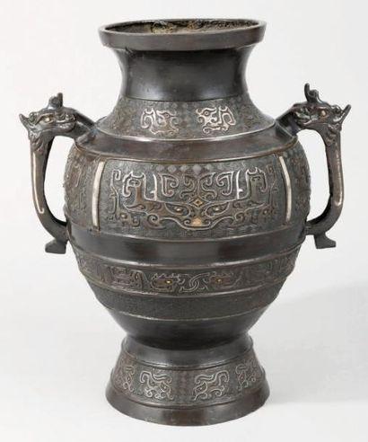 Grand vase Hu en bronze décoré d'incrustations...