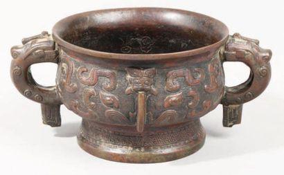 Vase Kwey en bronze à décor archaïsant de...