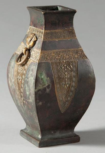 Petit vase balustre de type Fang Hu quadrangulaire...