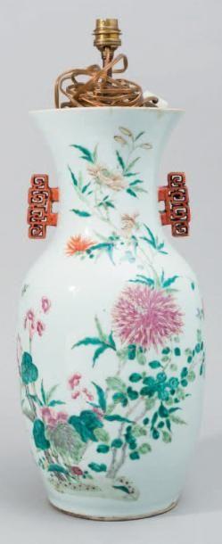 Vase balustre en porcelaine et émaux polychromes...