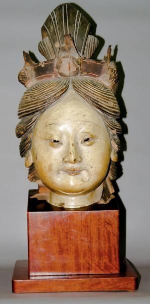 Tête de boddhisattva en pisé laqué et polychrome,...