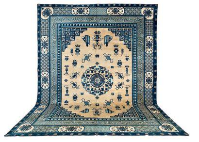 UN GRAND TAPIS CHINOIS Le décor de ce tapis...