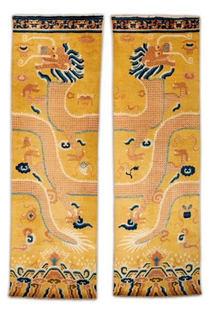 Une paire de tapis de colonne à décor de...