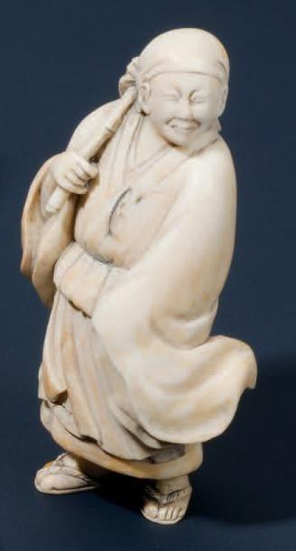 Netsuké en ivoire représentant Benkei debout...