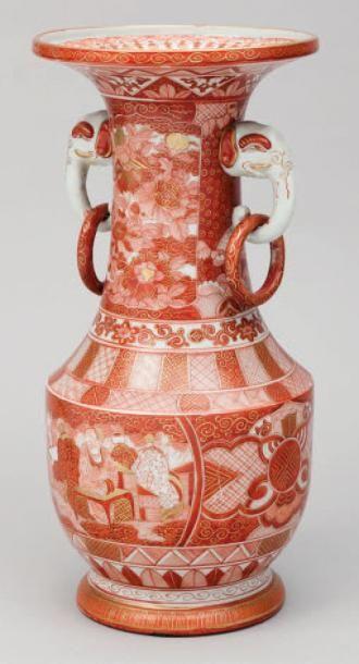 Vase en porcelaine émaillé corail et or à...