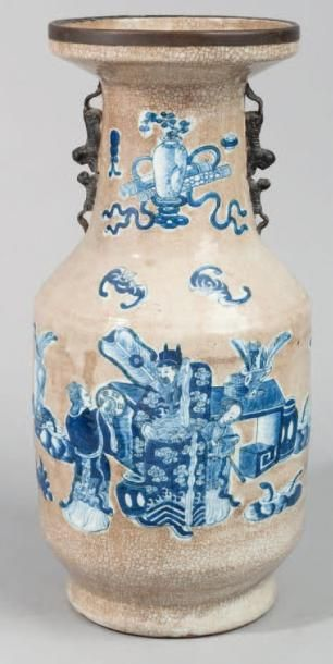 Vase en porcelaine craquelée beige à décor...