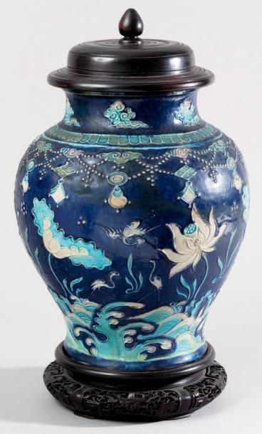 Vase balustre en céramique de type Fahua...