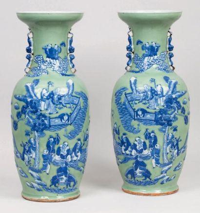 Paire de vases balustres en porcelaine et...