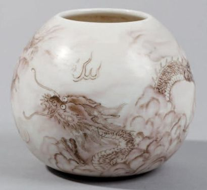 Petit Godet en porcelaine de forme ovoïde...