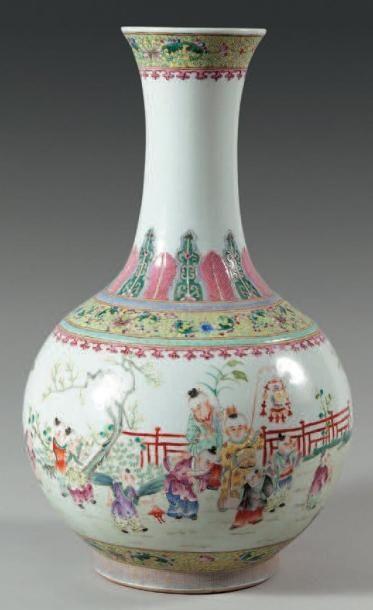 Vase à panse globulaire et col légerement...