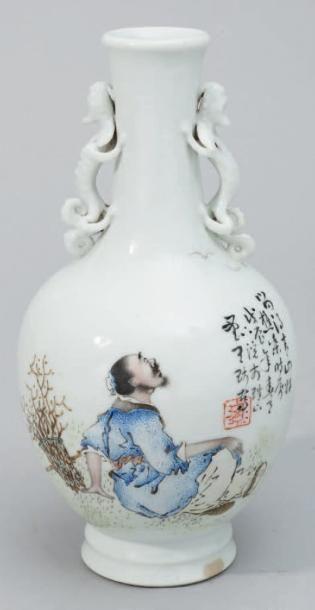 Petit vase en porcelaine blanche à décor...
