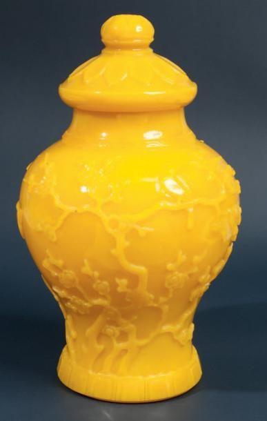 Beau vase couvert en verre de pekin jaune...