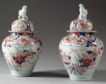 Paire de vases balustres couverts en porcelaine...