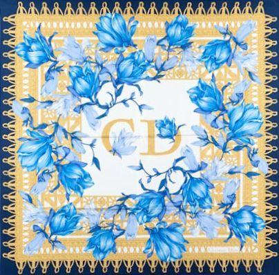 CHRISTIAN DIOR Carré en soie imprimée à décors de fleurs bleues, initial au centre....