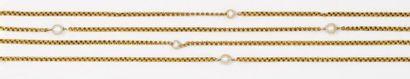 Long sautoir en or jaune orné de perles fines....