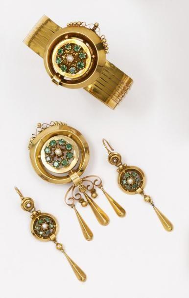 Parure en or jaune ornée de perles et d'émeraudes...
