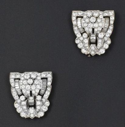 Paire de clips de revers en platine à décor ajouré entièrement sertis de diamants...